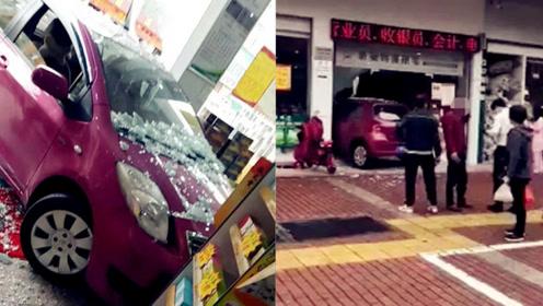 轿车突然冲进临街店铺 玻璃门瞬间碎成渣