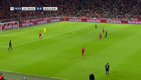 拜仁队球员在中场周璇,寻找机会进攻对手