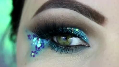 小姐姐居然在眼上画了一只蓝色小鱼,太美了