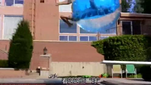 这个外国小哥连上厕所都背着一个球,谁见了都想揍他几下!