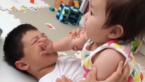 小宝宝腻在哥哥身边玩耍,无论小娃怎么蹂躏,哥哥总是一脸的宠爱
