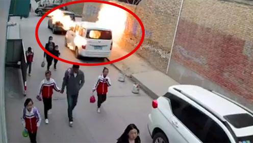 陕西一面包车爆炸,驾驶员被困死亡,爆炸瞬间旁边数名学生经过