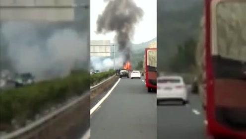 突发!一辆兴宁—广州的大客车在五华路段突发大火