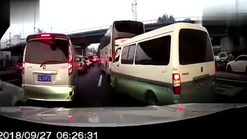 摩托车嚣张闯红灯,没想到就这样撞到了小轿车上