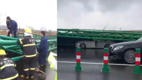 暴雨天大风吹倒广告牌 多辆轿车被砸中