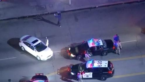 """不如跳舞!美国男子因超速遭警方围捕 下车后上演freestyle""""街舞"""""""