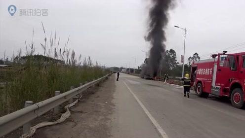 广西来宾:重型货车后轮起火 合山消防成功扑灭