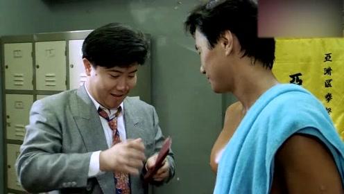 小伙用钱在机器上买水,搏击教练的举动让小伙懵了,白花钱了!