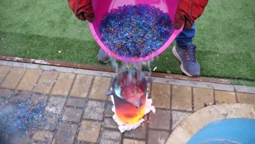 将10000颗水宝宝泡开,倒进装着沸腾的铁水里,会发生什么?