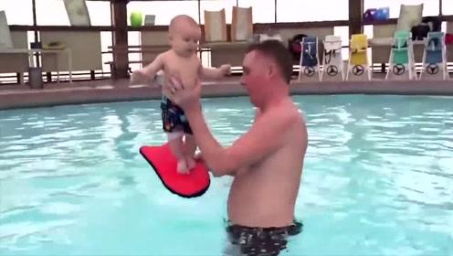 小宝宝被爸爸带去训练,被爸爸举高高时,宝宝激动的小模样好萌啊