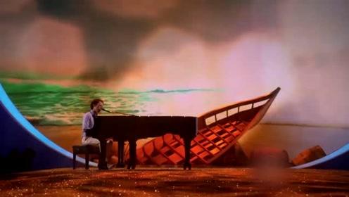 迷海遗舰主题走秀,在钢琴师的配合下,女神披白色披风闪亮登场
