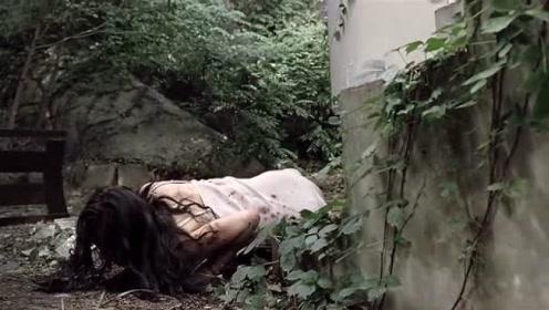 美女跳窗逃跑,看到院子里的狗正在啃人手,意识到是杀人犯的家!