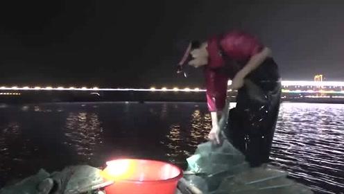 今天赶海收网收获少,鱼虾只卖了一百多块,小哥叹气哼起了歌