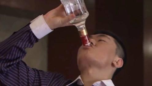 老总想让位给小儿子,董事们非要和他喝酒,当哥的直接站起来吹一瓶