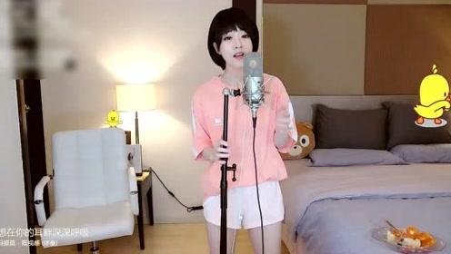 投入演唱自己歌曲的冯提莫真的好美