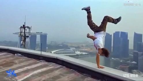 外国小哥在屋顶表演倒立,勇气可嘉