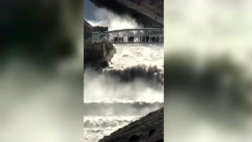 水库的闸门开了,洪水势奔流而下蔚为壮观