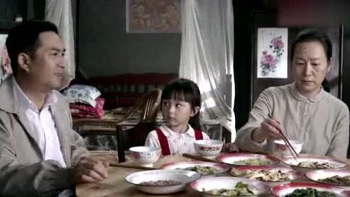 婆婆一家欺负儿媳把她当牲口使唤,丈夫大怒当场掀饭桌,解气!