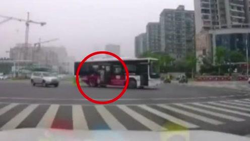 公交车转弯惯性太大 乘客撞碎玻璃险掉出