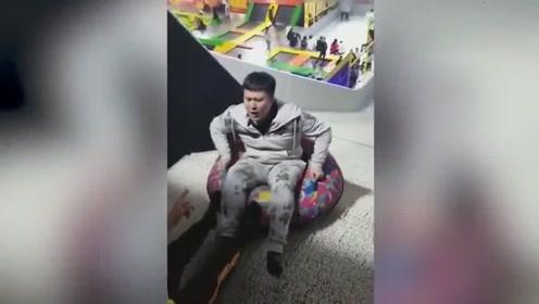 小哥哥玩滑梯玩到你怀疑人生,网友:去吧,皮卡丘!