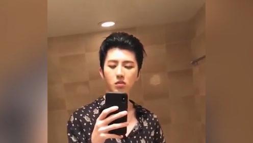 蔡徐坤在卫生间 偷偷刷B站 恶搞
