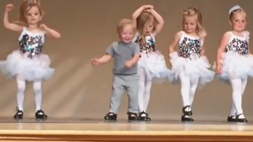 2岁宝宝误入舞蹈队,接下来一幕搞笑了,成功抢镜小姐姐