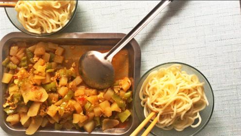 教你一个实用技巧,这样做出来的土豆青椒鸡蛋面,更有味道