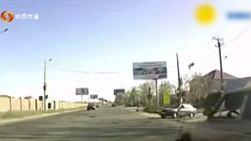 第一次见这样惨烈的车祸,路人看了都接受不了,监控拍下车祸瞬间