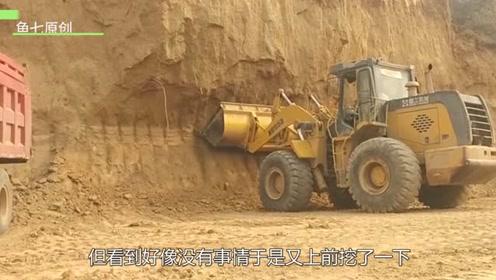 铲车司机挖山体,不料下一秒意外发生,镜头记录全过程