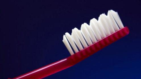 废旧的牙刷还能变挂钩 原来是这么做的