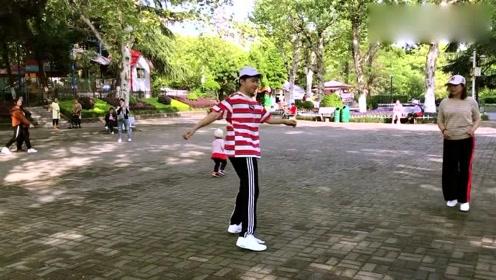 小伙鬼步舞《又见山里红》跳的太魔性了,小孩都被吸引过来了