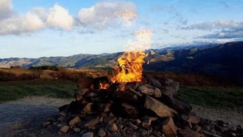全球最小的火山,感觉就是几个石头堆起来的,火焰仅1米多高
