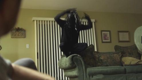 男子去朋友家暂住,不听劝告关上了灯,结果半夜闯进1只怪物