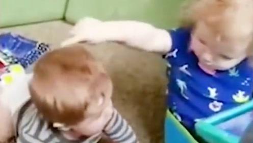 哥哥不跟弟弟玩,还撵着弟弟走,结果搞笑了