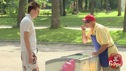 老外街头恶作剧,假装成盲人用手制作冰淇淋,网友:路人反应暖心