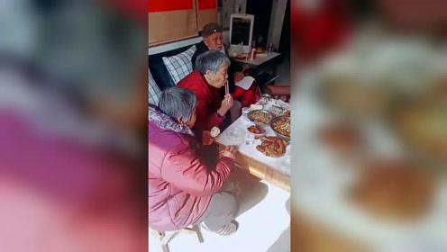 这才叫阖家团圆,开心过年山东菏泽104岁老仙翁家的儿孙们磕