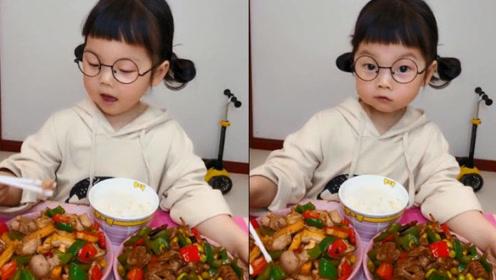 小姑娘乖乖吃饭,这可爱的吃相是对妈妈做的美味肯定吗?