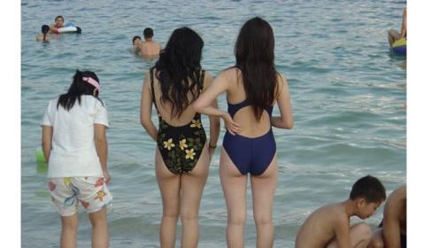 王思聪海滩游玩,身边两位身材极品网红小姐姐陪伴,网友:酸了