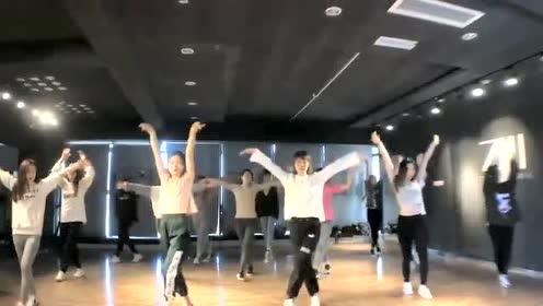 右边第二个小姐姐跳舞真好看,新编舞蹈快来看!