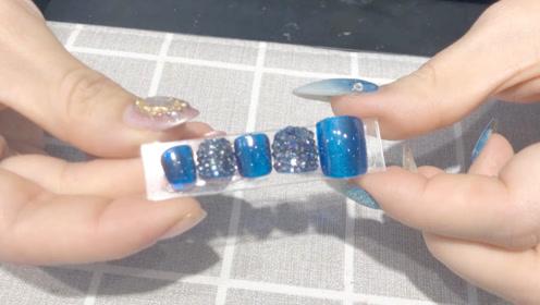 今天教大家做一款十分时尚靓丽的脚指甲美甲!