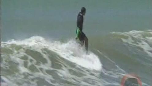 与海浪嬉戏的人群,这是什么样子的勇气