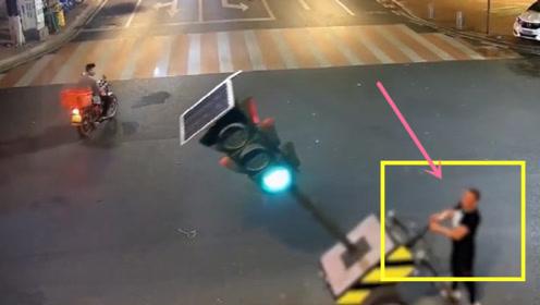 男子扳倒信号灯,只因红灯时间太长,看到他的座驾我笑了