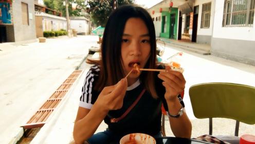 农村妹子吃特色臭豆腐,三味合一,还有生菜,吃一碗都不过瘾