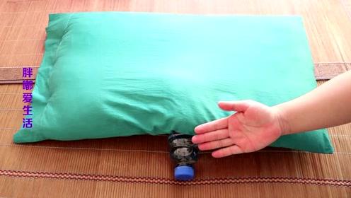 在枕头底下放一瓶水,原来还有这个妙用,看完我也回家放一个