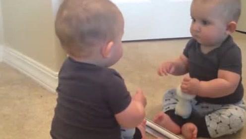 小宝宝一抬头,发现镜子里怎么还有一个宝宝,立马开打,太逗了