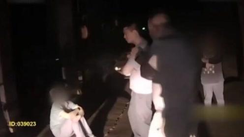 央视独家披露警方录像 还原女快递员下跪过程