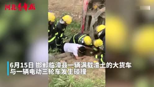 满载渣土的大货车侧翻 女子半身被埋 头部距离漏油点不足半米