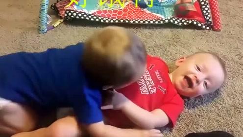 双胞胎在客厅玩耍,笑惨,双胞胎小宝宝客厅互咬