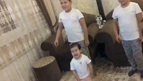 双胞胎哥哥陪着双胞胎妹妹跳鲨鱼舞,这画面太可爱!