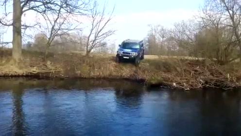 任性,明明有好路不走,悍马车主偏要从河里过